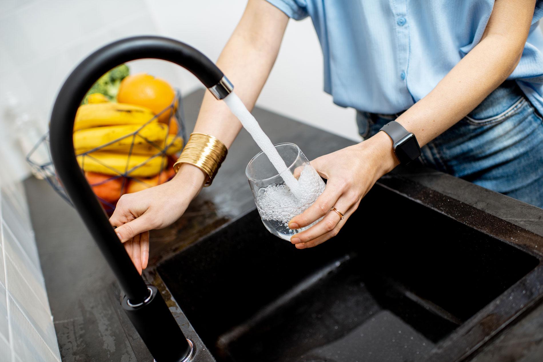Ein Glas Wasser wird gefüllt Frewatec Headerbild